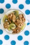 Glas met Duidelijke yoghurt met kiwi en noten Royalty-vrije Stock Fotografie