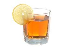 Glas met een plak van citroen met citroenthee wordt gevuld op wit dat Royalty-vrije Stock Afbeelding