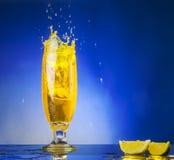 Glas met gele vloeistof Royalty-vrije Stock Foto's