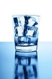 Glas met glasheldere ijsblokjes Royalty-vrije Stock Afbeelding