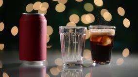Glas met ijs van soda die en borrelend worden gevuld stock videobeelden
