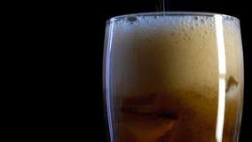 Glas met ijsblokjes en gietende kola stock videobeelden