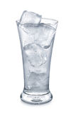 Glas met ijsblokjes op witte achtergrond worden geïsoleerd die Stock Foto