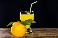 Glas met jus d'orange, een besnoeiingssinaasappel Royalty-vrije Stock Foto