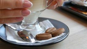 Glas met koffie latte, met gesorteerde kleur van donker bruin aan melkachtig wit Mooie latte met groot schuim in koffie stock videobeelden