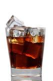 Glas met kola en ijsblokjes Stock Afbeeldingen