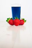 Glas met koude blauwe Thaise thee en aardbeien Royalty-vrije Stock Fotografie