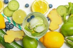 Glas met natuurlijke heerlijke limonade royalty-vrije stock foto