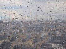 Glas met regendruppels, vage stedelijke achtergrond, Parijs, Frankrijk stock afbeelding