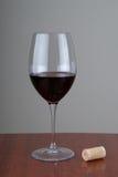Glas met rode wijn Stock Afbeeldingen