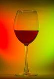 Glas met rode wijn op de achtergrond van de kleurengradiënt Royalty-vrije Stock Afbeeldingen