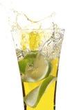 Glas met sap en kalk Stock Afbeeldingen