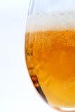 Glas met schuimend bier Stock Foto's