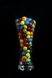 Glas met suikergoed wordt gevuld dat stock afbeelding
