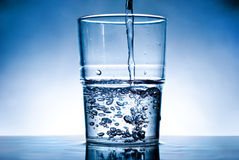 Glas met water. Stock Afbeeldingen