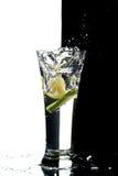 Glas met water en citroen Stock Afbeelding