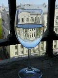 Glas met waterbezinning Stock Afbeeldingen