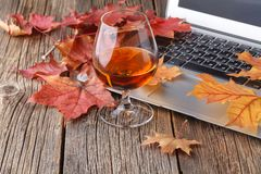 Glas met whisky op houten lijst met laptop royalty-vrije stock foto