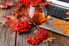 Glas met whisky op houten lijst met laptop stock foto