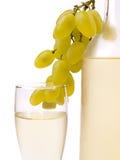 Glas met witte wijn en witte druif Stock Foto's