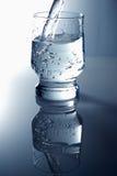 Glas met zuiver water   royalty-vrije stock afbeeldingen