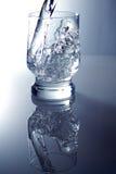 Glas met zuiver water stock afbeelding