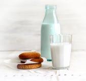 Glas Milch, eine Flasche Milch, köstliche Kekse zum Frühstück Lizenzfreies Stockfoto