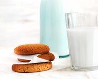 Glas Milch, eine Flasche Milch, köstliche Kekse zum Frühstück Lizenzfreies Stockbild