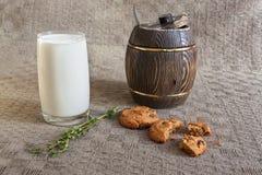 Glas Milch, Kekse, Thymian und Holz des Honigs auf Tabelle Lizenzfreies Stockfoto