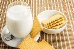 Glas Milch mit Plätzchen Lizenzfreie Stockbilder