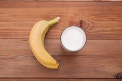Glas Milch und Bananen stockbild