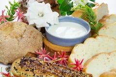 Glas Milch und Brot Stockfoto