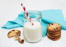 Glas Milch und Plätzchen lizenzfreies stockbild