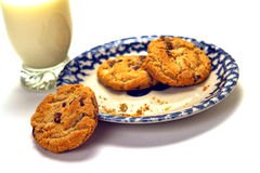 Glas Milch und Schokolade Chips Cookies Dessert Stockbilder