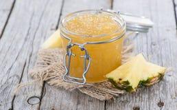 Glas mit Ananas-Marmelade Lizenzfreie Stockbilder