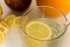 Glas mit Auffrischungslimonade und Zitrone lizenzfreie stockfotos