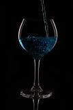 Glas mit blauer Flüssigkeit Stockfoto