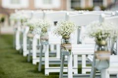Glas mit Blumen für die Heirat Lizenzfreie Stockfotos