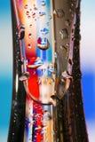 Glas mit bunten waterdrops Stockfotografie