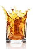 Glas mit dem Spritzen des Whiskygetränks Lizenzfreie Stockbilder
