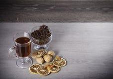 Glas mit dunklem Getränk Lizenzfreie Stockfotografie