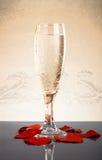Glas mit einem Knall und Valentinsgrüße auf einem grauen Hintergrund Mit Refle Lizenzfreie Stockbilder