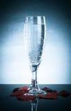 Glas mit einem Knall und Valentinsgrüße auf einem grauen Hintergrund Mit Refle Stockbilder