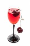 Glas mit einer Kirsche Stockfotografie