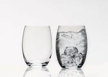 Glas mit Eis lizenzfreies stockbild