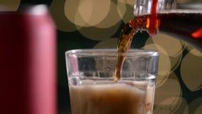 Glas mit Eis des Sodas, das gefüllt werden und des Sprudelns stock video footage