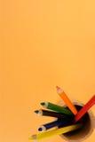 Glas mit farbigen Bleistiften stockfoto