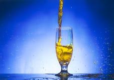 Glas mit gelber Flüssigkeit Stockfotos