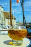 Glas mit geschmackvollem Apfelwein im alten französischen Fischerdorf, nein lizenzfreies stockbild