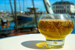 Glas mit geschmackvollem Apfelwein im alten französischen Fischerdorf, nein stockfotos